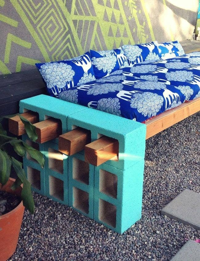 41 cheap and easy backyard diys you must do this summer with a few long pieces of wood you can also use cinder blocks to create an impromptu couch solutioingenieria Images