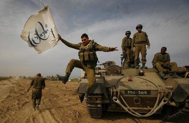 Um soldado israelense celebra com sua unidade após o retorno da Faixa de Gaza.  16 de janeiro de 2009.