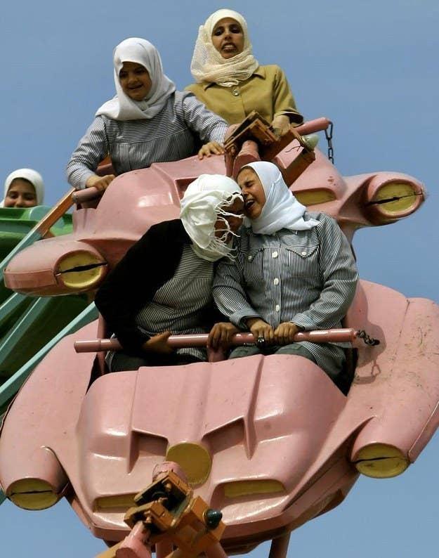 Palestinos em um parque de diversões fora da cidade de Gaza.  26 de março de 2006.