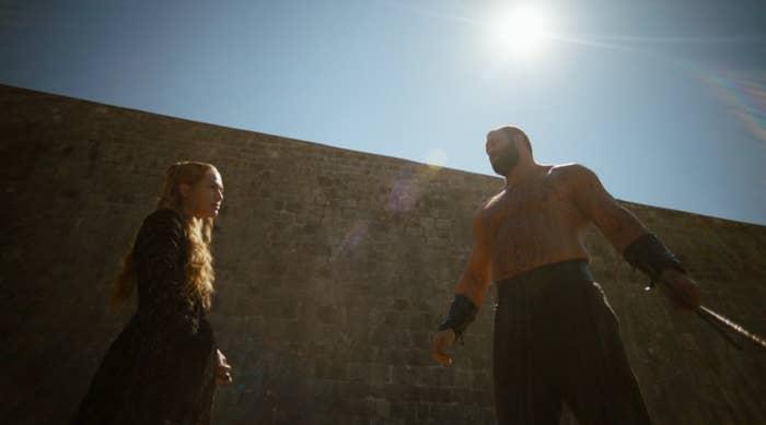 L'épisode du mariage a certes offert un démarrage explosif à la saison 4, et les vingt dernières minutes de l'épisode 6, consacrées au procès de Tyrion, étaient parfaites. Mais « Mockingbird, » qui réussit à jongler entre presque tous les personnages principaux, est sans doute le premier épisode de la saison auquel on ne retirerait pas une minute.
