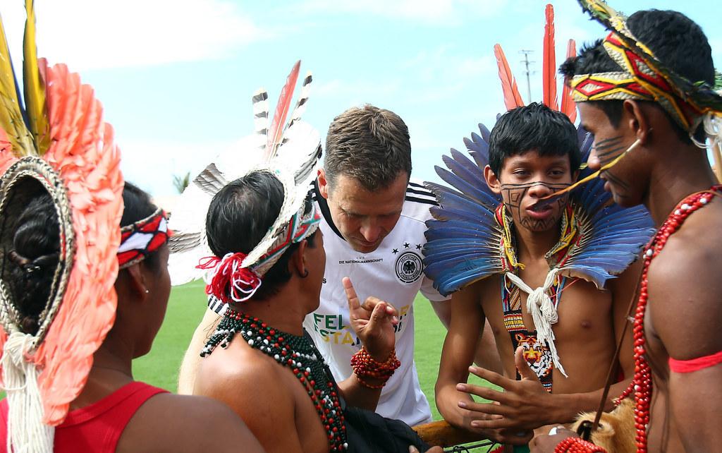 Time da Alemanha recebe visita de índios e protagoniza as cenas mais fofas da Copa até agora