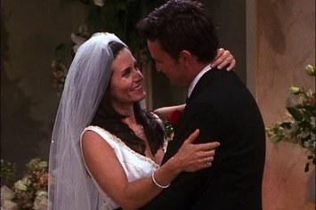 """Só um verdadeiro fã de """"Friends"""" vai se lembrar de todos os detalhes desses casamentos"""