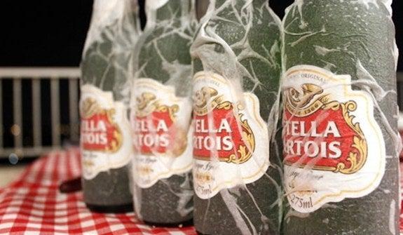 O Manual do Homem Moderno testou e aprovou. Enrolar um guardanapo ou um papel toalha molhado na cerveja e coloca-la no congelador acelera o gelo. Basta 15 minutos e pronto, sua cerveja está pronta para beber.