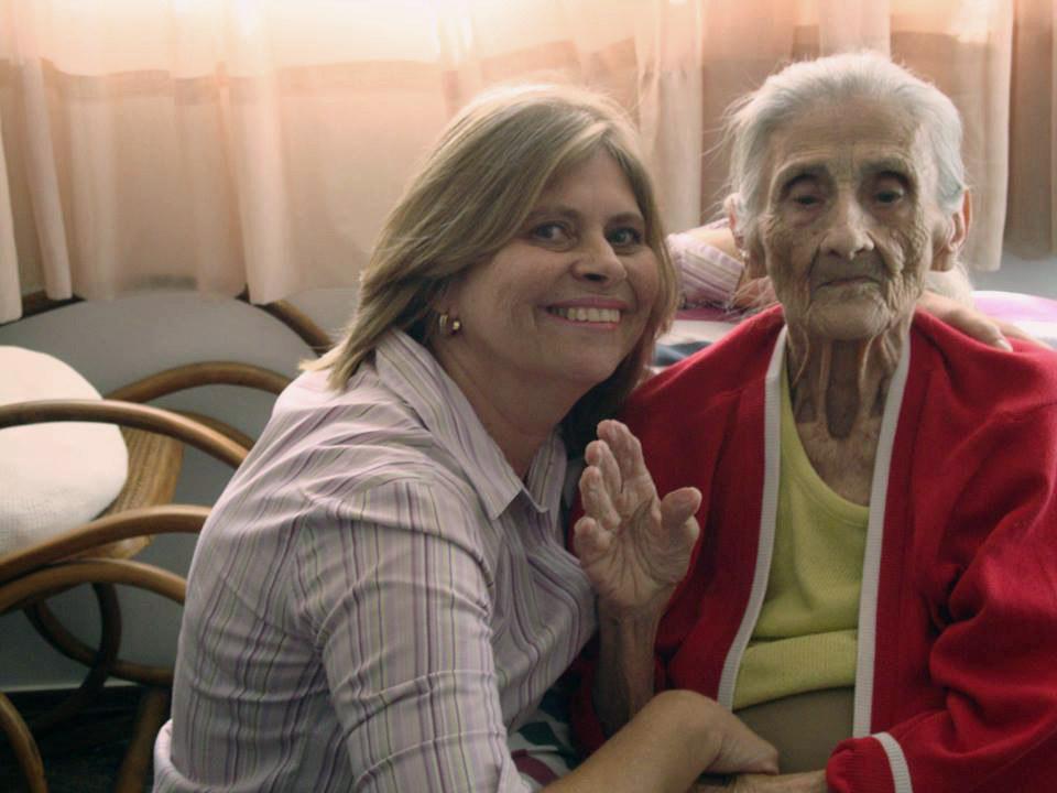 As histórias desta mulher que cuida da mãe com Alzheimer deixam a gente rindo e chorando ao mesmo tempo
