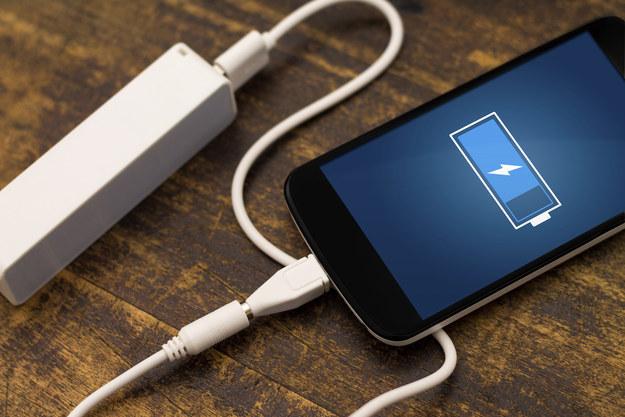 Как зарядить телефон если нет зарядки в домашних условиях