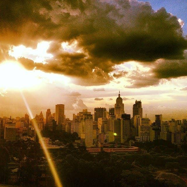 """""""Os adjetivos para São Paulo costumam ser negativos. Cinza, caótica, selva de pedra... Mas até que ponto a cidade realmente é ruim? Será que não acostumamos nossos olhares com essa rotina? São Paulo sempre foi uma cidade de passagem, uma plataforma. Poucos olham a cidade com carinho. É tudo passageiro e efêmero. Talvez por isso há tanto descaso com a cidade. Mas a plataforma costuma virar permanente para a grande maioria. E vamos cimentando a vida por aqui -- só que continuamos sem focar a cidade. Apenas a usamos como uma ferramenta. Será que não precisamos cuidar dela? Acredito que só com um novo olhar, com um foco mais sincero sobre os detalhes da cidade e que saia da rotina, que conseguiremos nos aproximar dela e assim viver melhor."""" - Lucas Rossi, criador do projeto."""