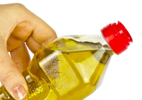 Hydratez vos lèvres avec de l'huile d'olive.