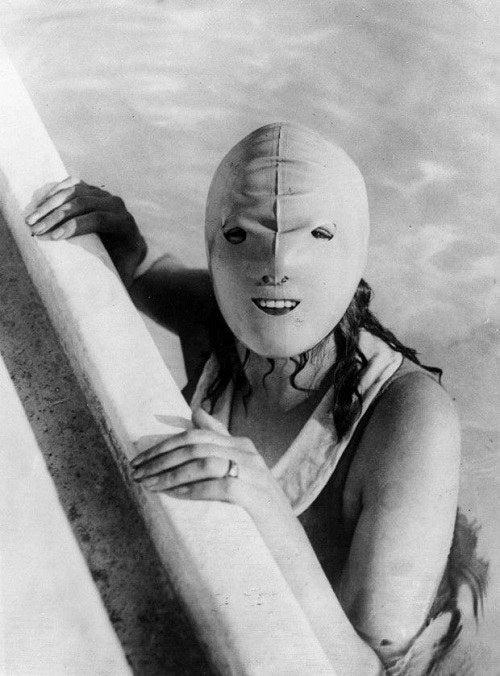 ¿Por qué usar bloqueador solar cuando puedes usar una espeluznante máscara de Halloween?