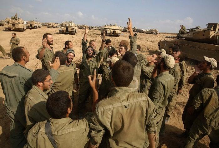 Israeli soldiers celebrate their return to Israel from Gaza.