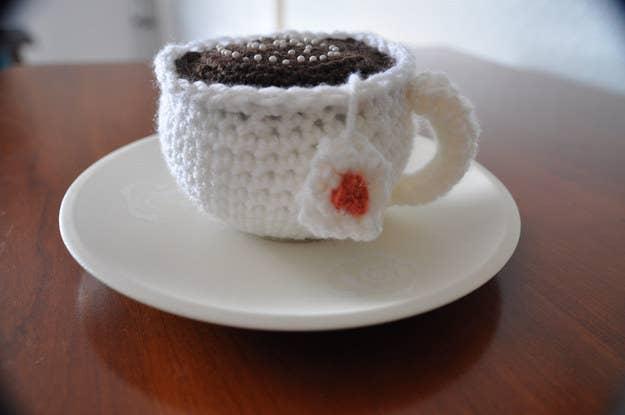 Remplir votre coussin à épingles de marc de café évitera à vos épingles de rouiller. En plus, ça sent bon.Astuce de pro : Assurez-vous de bien le sécher au préalable en l'étalant sur une plaque à biscuits et en le plaçant au congélateur pendant une heure ou deux.