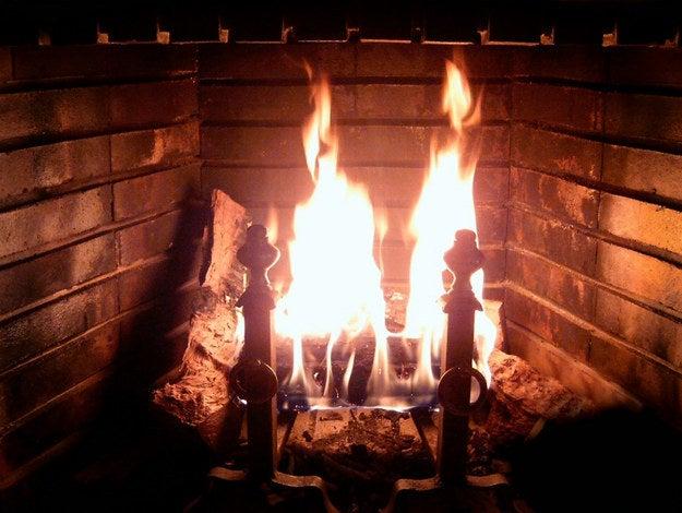 Si vous balayez les cendres de votre cheminée, ajoutez un peu de marc de café humide sur le tas et balayez. Cela éliminera le nuage poussiéreux.