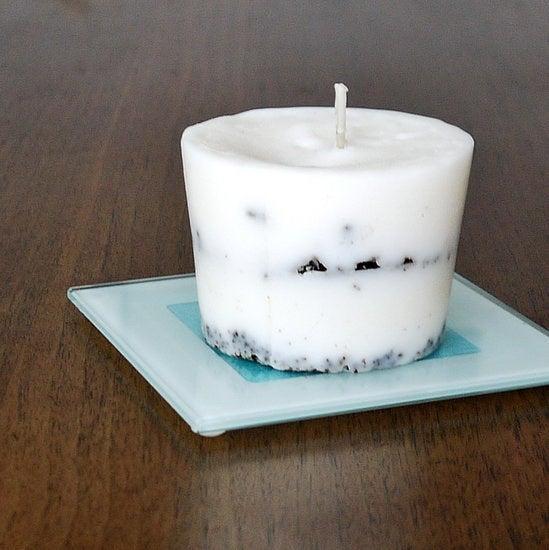 Il vous faut juste une tasse à café avec du marc, et un peu de restes de cire d'autres bougies. Instructions ici.