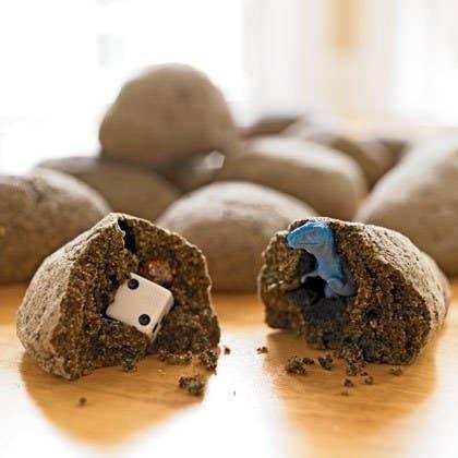 Cachez une surprise à l'intérieur d'un mélange de pâte et de café, puis cuisez le tout, et laissez vos enfants découvrir les plaisirs de l'archéologie. Recette ici.
