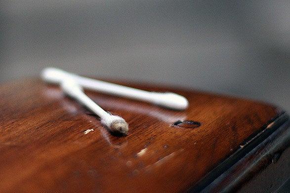 Utilisez de l'huile et du marc de café ou du café en poudre pour masquer les rayures dans vos meubles en bois. Plus de détails ici.