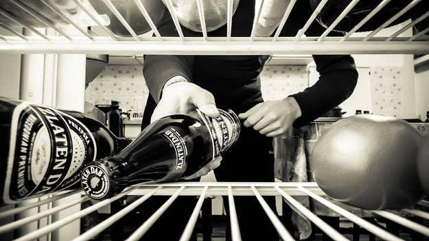 Au lieu du bicarbonate de soude, utilisez une boîte de marc de café pour absorber les odeurs dans votre frigo.