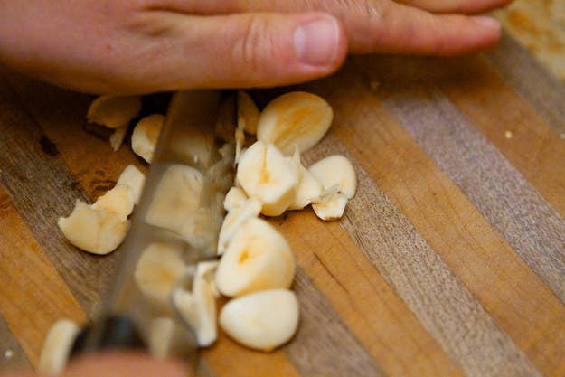 Gardez une petit bol de marc de café à proximité, et frottez-en une poignée sur vos mains après avoir découpé de l'ail, des oignons ou autre truc malodorant. Le marc absorbera l'odeur.