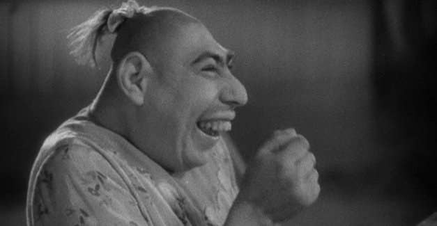 Schlitzie era un uomo con microcefalia, una condizione che causa una testa inclinata e un cervello più piccolo. Oltre ad essere stato inserito nel film cult Freaks, Schlitzie ha avuto un enorme successo nelle presentazioni, lavorando in tutti i più grandi circhi della giornata. Secondo quanto riferito, Schlitzie amava esibirsi, cosa che ha fatto fino alla sua morte all'età di 70 anni. Inizialmente sepolto in una tomba anonima, nel 2009 i fan raccolsero i soldi per una lapide.