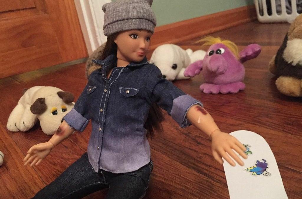 Eine lammily-Puppe mit Schrammen.