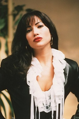 """22 Facts You Didn't Know About The Movie """"Selena"""" Selena Quintanilla Vs Jennifer Lopez Outfits"""