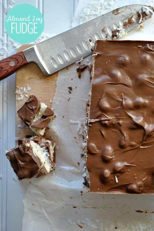 Una capa de chocolate sobre una capa de coco sobre una capa de dulce de azúcar. La receta aquí.