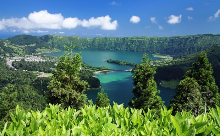 Por qué deberías ir: estas nueve impresionantes islas en medio del Atlántico reciben a miles de turistas cada año que acuden por el sol, la arena y los paisajes montañosos. Este archipiélago volcánico también tiene varias celebraciones de carnaval y corridas de toros de verdad.