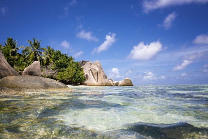 Por qué deberías ir: las Islas Seychelles, una combinación de 150 islas pequeñas, permanecen aún relativamente intactas. Puedes explorar las islas de la misma manera en que los primeros descubridores lo hicieron hace casi 250 años. Navega, zambúllete, pesca, explora y relájate durante tu estadía en las islas.