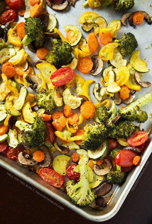 Asar verduras es una de las formas más fáciles y seguras de cocinarlas. Enciende tu horno a 450°F (232°C). Pica tus verduras, las más duras (como zanahorias y papas) córtalas en pedazos más pequeños que las verduras blandas (como el brócoli y calabaza). Colócalas todas con un poco de aceite de oliva y sal kosher. Extiéndelas sobre una o dos bandejas para hornear. ¡No las amontones! Ásalas entre 30 y 40 minutos, o hasta que se vean bien y tengan buen sabor.Aquí hay una receta básica para que comiences. Cuando las verduras estén asadas, puedes mezclarlas con un poco de pasta, con una ensalada, ponerlas en un sándwich o bien, comerlas solas.