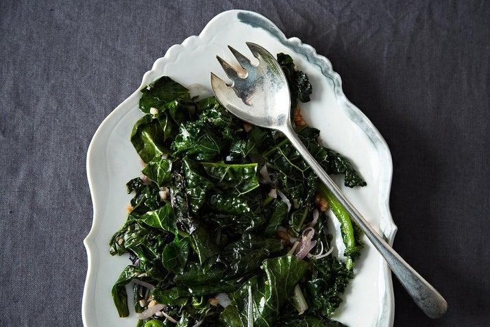 Guardar en todo momento algunas verduras de hojas en tu refrigeradora es una forma infalible para asegurarte de tener siempre una guarnición para la cena. Las verduras de hojas como la espinaca y la col rizada son algunos de los vegetales más saludables que existen, llenos de proteína, vitaminas y fibra.Saltear verduras de hojas es tan simple como calentar un poco de aceite vegetal en una sartén, agregar las verduras de hojas picadas y sazonar al gusto. Si quieres algo un poco elegante, empieza con un poco de ajo, chalote o cebolla antes de agregar las verduras de hojas. También puedes agregar jugo de limón, vinagre o pimienta roja. Esto funcionará para la espinaca, la col rizada, las acelgas, las hojas de mostaza o casi cualquier cosa que encuentres. Consigue la receta aquí.