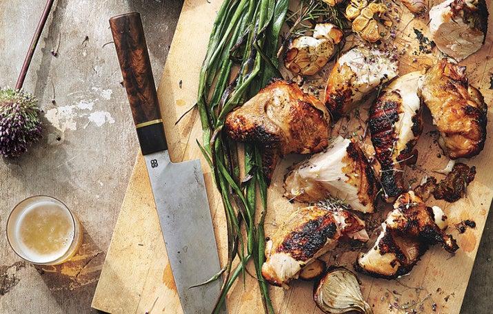 El pollo a la parrilla es fácil de hacer y además es una carne baja en grasa y saludable, aunque tiene mala reputación porque es insípida. La clave es combinar el pollo con sabores fuertes e interesantes. Si tienes el tiempo (y así lo has previsto) decídete por una marinada. Tendrás la oportunidad de aventurarte con un estilo libre con estos útiles trucos, o bien, usa una receta como la de este pollo a la parrilla con salsa de cebollas caramelizadas. Pero también puedes decidirte en un instante por un delicioso pollo a la parrilla, como este pollo a la parrilla con ajo y romero junto a unos cebollines.