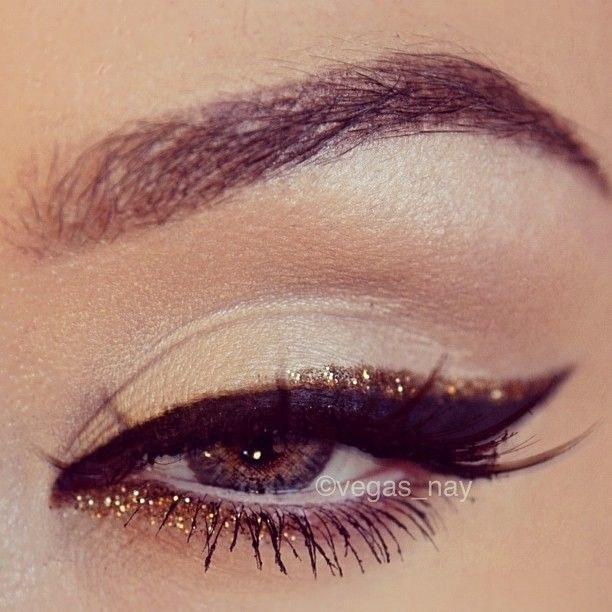 Cat eye con sombra dorada: