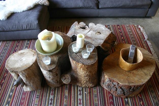 Usa troncos de árboles como mesas: