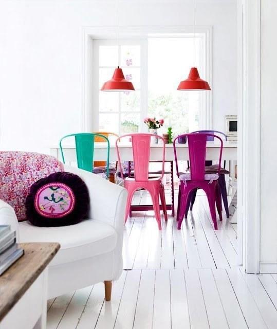 Refresca el área del comedor con sillas de diferentes colores:
