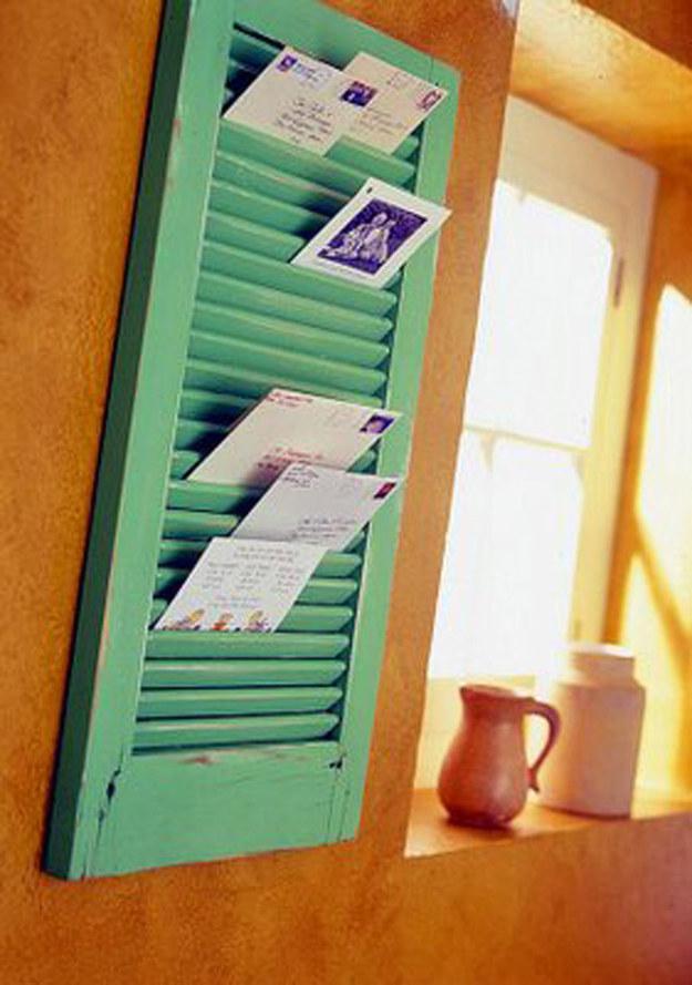 Usa una vieja ventana o puerta de closet para colocar tu correo y postales: