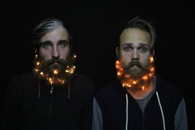 Cuando estos dos guapetones se ponen lucecillas en la barba.