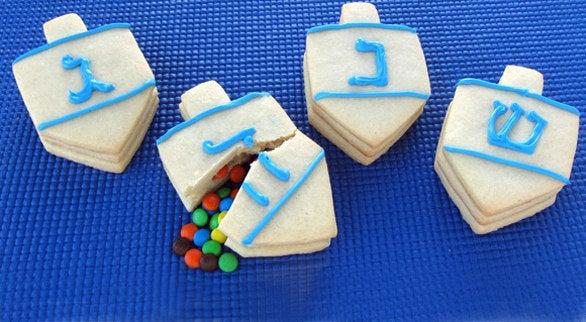 They're like mini hanukkah piñatas! Recipe here.