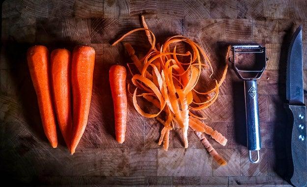 Las zanahorias son ricas en provitamina A, la cual es transformada en nuestro organismo a retinol o Vitamina A. Estos compuestos reparan las células dañadas por los efectos ambientales, y así fortalecen y revitalizan las uñas y el pelo. La Vitamina A ayuda en la producción de sebo, beneficioso para el cuero cabelludo.