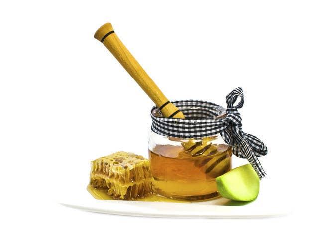 Combina 2 cucharadas de miel con una de vinagre de manzana o de jugo de limón y aplícala en tu cara limpia por 20 minutos. Sus propiedades humectantes y antibióticas disminuirán cualquier irritación en tu rostro, y al mismo tiempo la suavizarán.