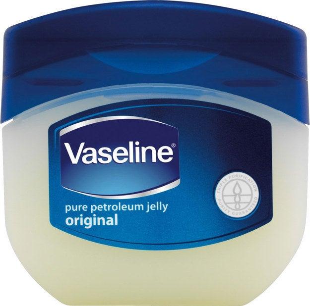Unta un poco de vaselina en tus labios antes de dormir y amanecerás con labios suaves al día siguiente.