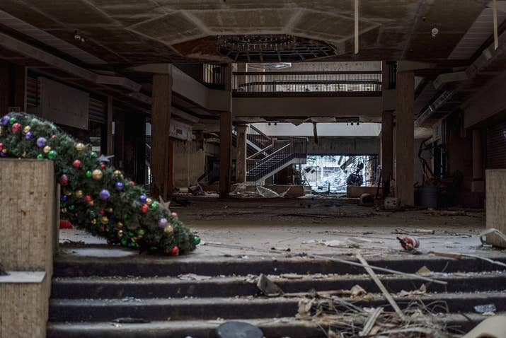 The Haunting Final Photos Of What Was Once The Worlds Largest Mall - 30 haunting images abandoned shopping malls