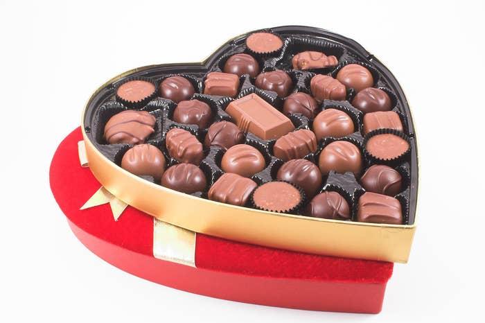 Certains considèrent ce cadeau comme banal, mais pour nous, il s'agit d'un classique. De plus, ils sont vendus dans une mignonne boîte en forme de cœur. Cette industrie est évaluée à un milliard de dollars au Canada : notre pays exporte dans le monde entier pour 1,3 milliard de dollars de chocolats canadiens et en importe pour 1 milliard de dollars. Quand l'AECG sera mis en place, les droits de douane seront supprimés sur le chocolat entre l'UE et le Canada. Ce que cela signifie : encore plus de délicieux chocolats, à des prix plus bas. On approuve!