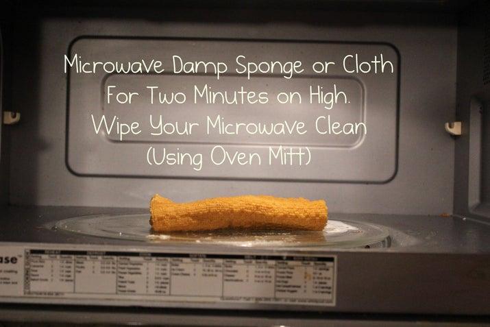 Calienta una esponja húmeda a toda potencia para matar las bacterias que se esconden en todos sus huecos y recovecos. Los vapores ayudarán a limpiar la suciedad pegada. Usa un guante para hornos para limpiar los lados del microondas con la esponja.