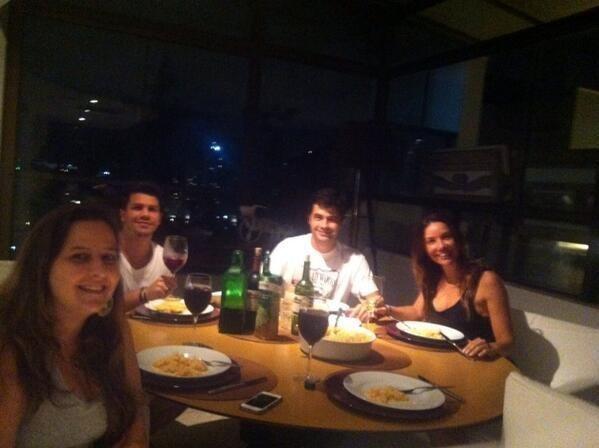 Aos 25: já começa a rolar jantarzinho com amigos mais próximos.