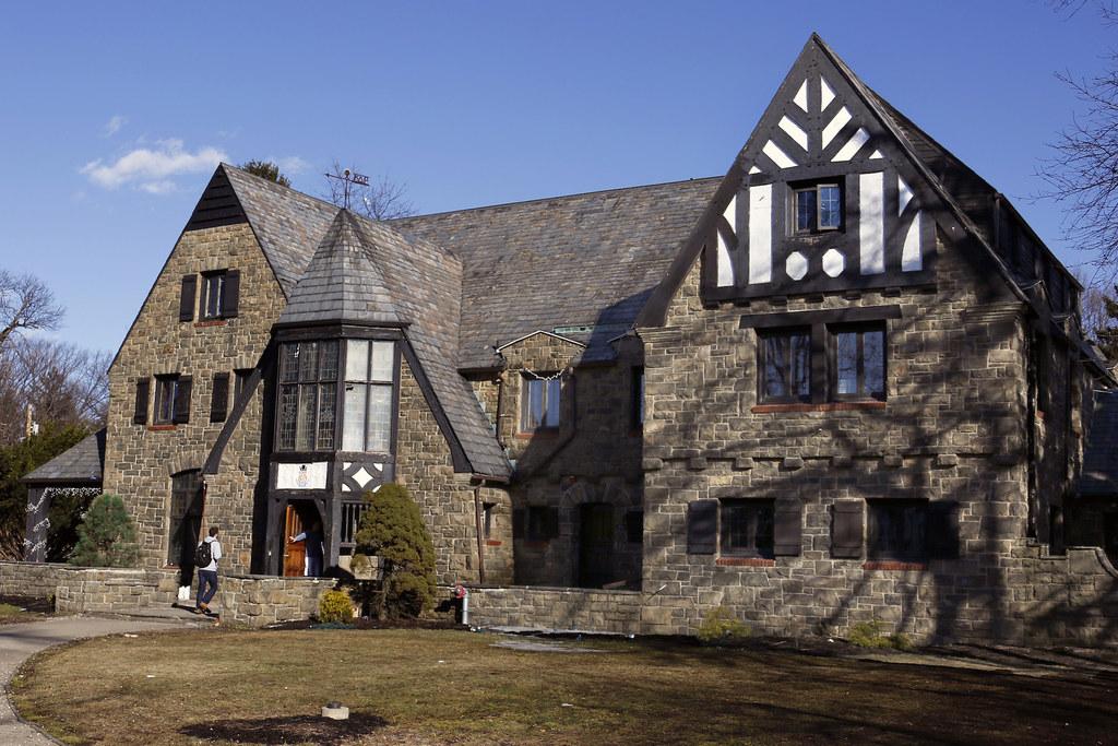 Penn State ustavi bratstvo zaradi objavljanja fotografij na Facebooku nezavednih golih žensk-4285
