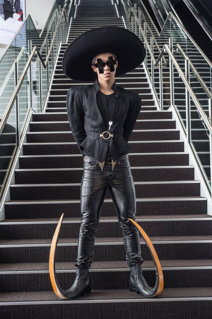 Zapatos y sombrero vintage, pantalones de Yves Saint Laurent, zapatos de Garrison y lentes de Jeremy Scott.