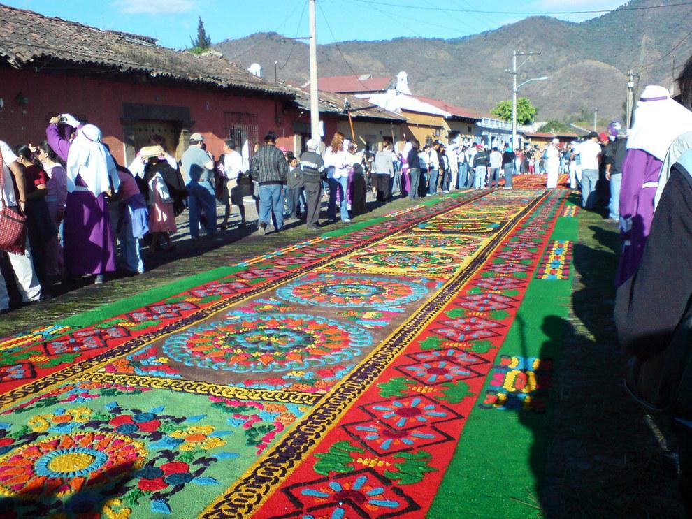 Y también hay ciertas tradiciones como la creación de alfombras de aserrín que deberían ser terminadas.