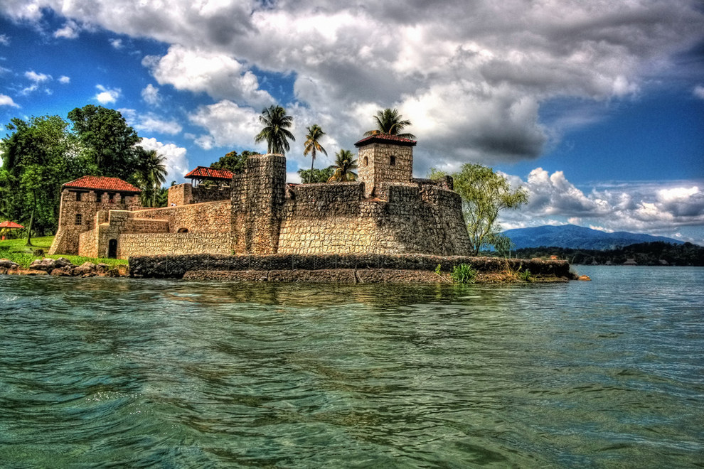 Hay ciertos monumentos, como el Castillo de San Felipe el cual fue construido en 1644, que mejor deberían ser destruidos.