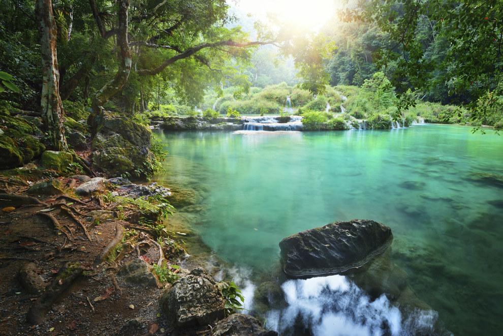 Las cascadas de Semuc Champey tienen agua de colores demasiado claros que lastimarán tus ojos.