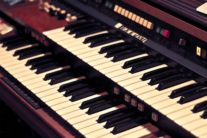 A mansion on Sunset Boulevard isn't complete without a beautiful piano, but not everyone has enough money or space for one in the living room. However, you can still get experience the instrument's glamor by buying a broken one and using the body as a bookshelf.