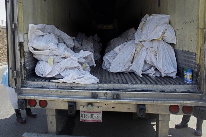 Bolsas de cadáveres apiladas en un camión refrigerado, en el estacionamiento de la morgue de Durango, México, 2011.