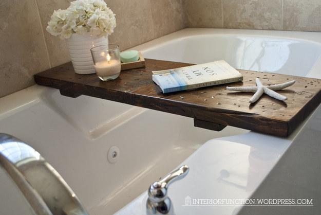 La lectura en la bañera es maravillosa, pero esta bandeja reducirá los desafortunados incidentes de libros mojados .